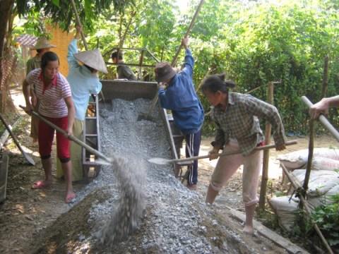 Nhân dân xóm Kẻ Hiệt, xã Đào Ngạn (Hà Quảng) làm đường bê tông vào xóm